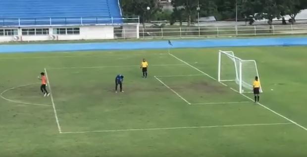 Вовремя футбольного матча вТаиланде игрок забил чудесный  случайный пенальти