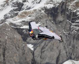 Зрелищное видео: два экстремала влетели в кабину самолета во время полета