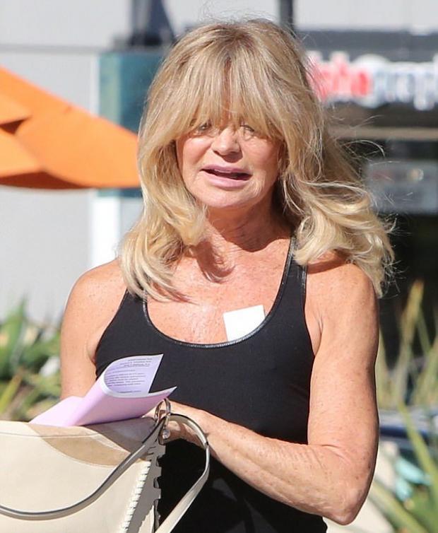 Голди Хоун появилась со странным бандажом после жарких танцев на ... 763152debfb00