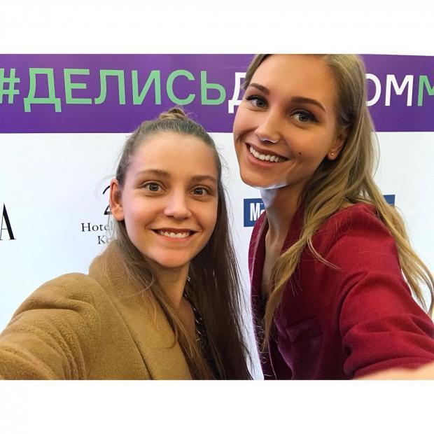 Кристина Асмус поделилась совместным снимком с меньшей сестрой