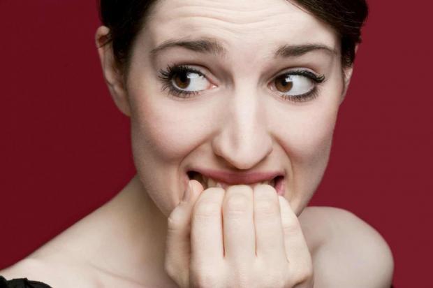 Привычка грызть ногти: о чем это говорит