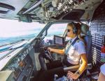 """30-летняя пилот """"Boeing 737"""" занимается йогой и покоряет красотой Instagram"""