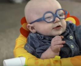 Эмоциональное видео про почти слепого ребенка увидевшего впервые свою мать очаровывает Сеть