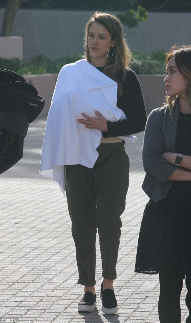 Джессика Альба с новорожденным сыном прогулялась по улицам Беверли-Хиллс