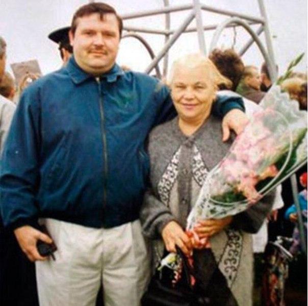 Зоя Воробьева похоронила сына еще в 2002-м году. В тот злополучный день на дом, где проживал Михаил Круг с семьей было совершено нападение. А на днях пожилая 81-летняя женщина попала в больницу г Тверь (РФ), ей был поставлен диагноз – инфаркт, передает joinfo.ua.  Ранее мы сообщали, что мама Селены Гомес попала в больницу после ссоры с дочерью из-за Джастина Бибера. //joinfo.ua/showbiz/1222483_Mama-Seleni-Gomes-popala-bolnitsu-ssori-docheryu.html  Дочь рассказала подробности последних дней жизни матери  Случившееся уже подтвердила сестра знаменитого шансонье и дочь Зои Петровны - Ольга Медведева. По словам женщины, сердце матери останавливалось трижды. Врачи пытались вернуть Зою Воробьеву к жизни, но тщетно, на третий раз запустить сердцебиение, увы, медикам-реаниматологам не удалось.  Как стало известно, похоронят Зою Петровну Воробьеву рядом с сыном. Отметим, что Михаил Круг скончался в реанимации, куда его доставила скорая, после разбойного нападения на его дом. Мать супруги в ту злополучную ночь тоже получила огнестрельное ранение, однако осталась жива.  Журналист ДжоИнфоМедиа Милена Хмель напоминает, что мама Элтона Джона скончалась спустя совсем немного времени после их примирения. Женщины не стало в возрасте 92-х лет. //joinfo.ua/showbiz/1221387_Skonchalas-mama-Eltona-Dzhona-vozraste-92-let.html