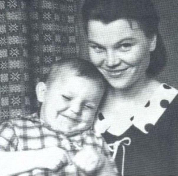 михаил круг в детстве с мамой