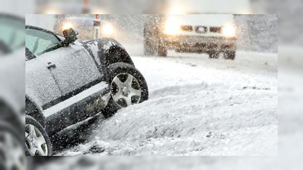 Когда буря нипочем: водитель-лихач на авто с открытым верхом бороздит снежные сугробы