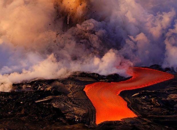 Извергающийся вулкан проглотил камеру но ей удалось записать впечатляющие кадры