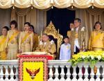 Таиланд: Король Пхумипон Адульядет сидит в окружении членов своей семьи
