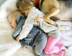 Собака охраняет малышей