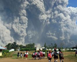 Выброс пепла вулканом Синабунг: фото и видео происшествия напоминают кадры из фильмов