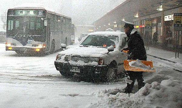 В Японии из-за сильного снегопада погибли люди