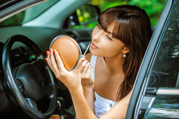 В Ирландии будут штрафовать девушек за использование косметики во время вождения авто