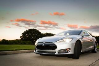 Закат с Tesla: популярность электромобиля становится мейнстримом в сети