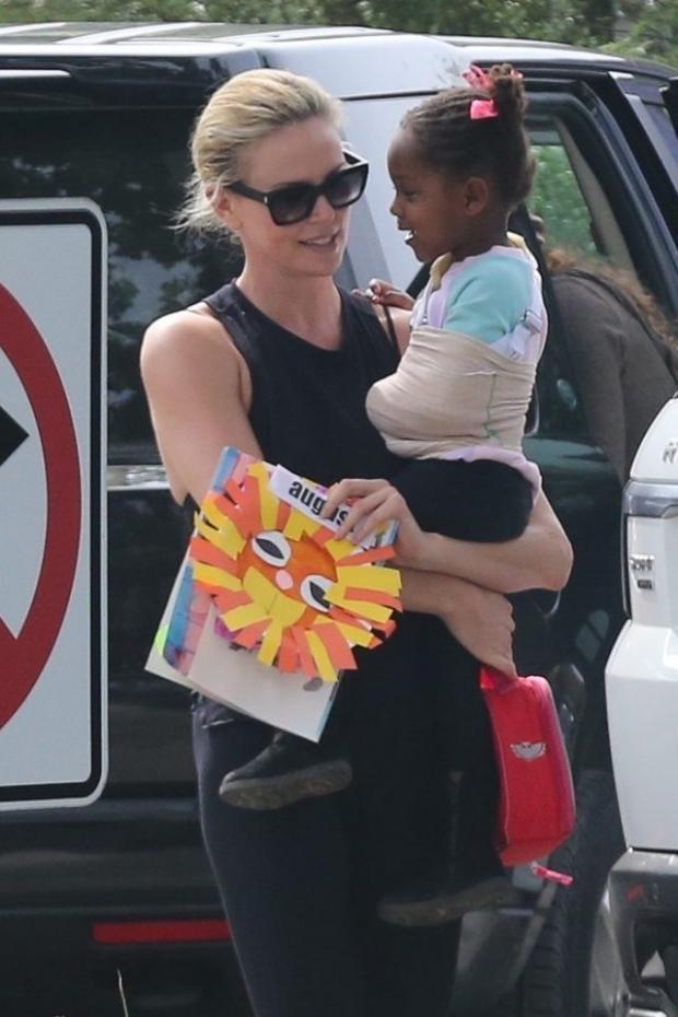 Шарлиз Терон на прогулке с дочкой: звездное семейство заметили на улицах Лос-Анджелеса