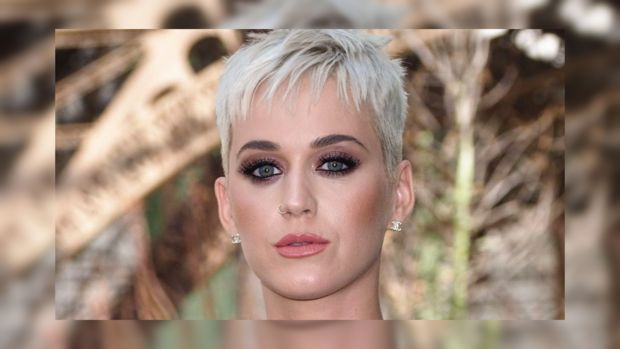 Кэти Перри оконфузилась на американском телешоу: певица упала прямо во время танца