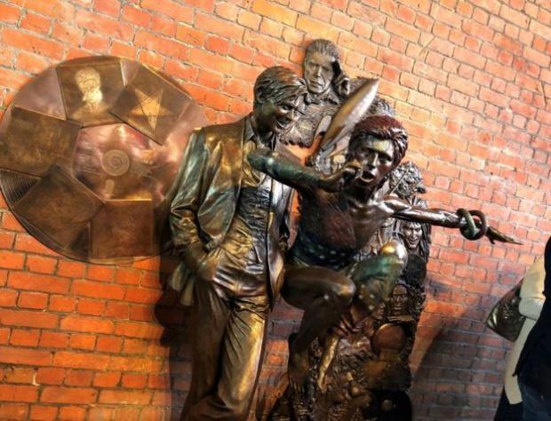 1-ый вмире «музыкальный» монумент Дэвиду Боуи был открыт вцентре Лондона