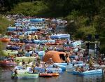 Фестиваль пива в Финляндии. Тысячи людей совершают сплав на дешевых резиновых лодках