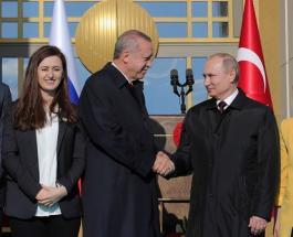 """Владимиру Путину пришлось """"поделиться"""" девушкой с Эрдоганом для памятной фотографии"""