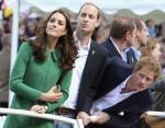 Принц Гарри выглядывает из-за брата, чтобы увидеть рыцарей Тур де Франс