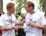 Принц Гарри поздравляет брата, после того как Уильям пробежал милю (1,6 км) 2004