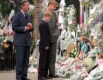 Принц Чарльз и его сыновья смотрят на цветы, оставленные за пределами Кенсингтонского дворца в память о принцессе Диане. (1997)