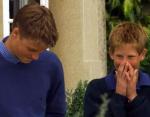 Принц Гарри сдерживает улыбку, когда его старший брат Принц Уильям заканчивает свой первый урок вождения (1999).