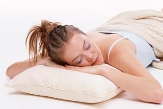 С какого возраста ребенку нужна подушка: доктор Комаровский рассказал что к чему