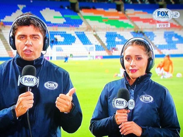Журналистка ударила микрофоном футбольного фаната впрямом эфире