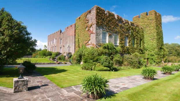 В Уэльсе продается известняковый карьер с замком в подарок: как выглядит здание 12 века