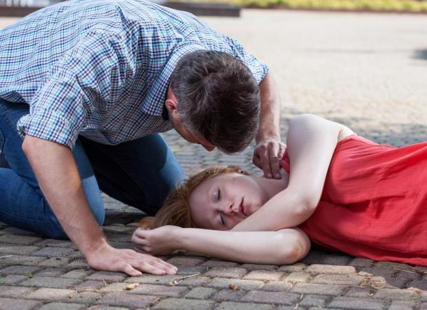 Первая помощь при падении в обморок: как помочь человеку прийти в себя до приезда врачей