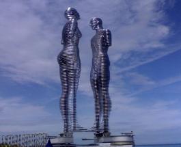 """В Грузии статуи ежедневно """"проезжают"""" друг через друга символизируя несбыточную любовь"""