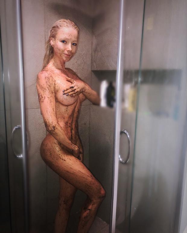Валерия Лукьянова в душе показала мастер-класс по использованию собственного скраба для тела