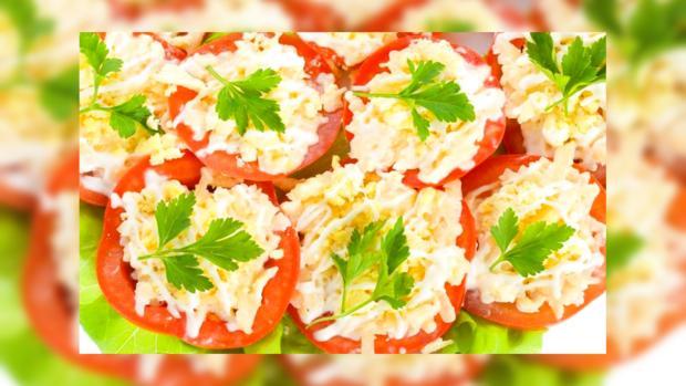 Оригинальная закуска: помидоры фаршированные крабовыми палочками