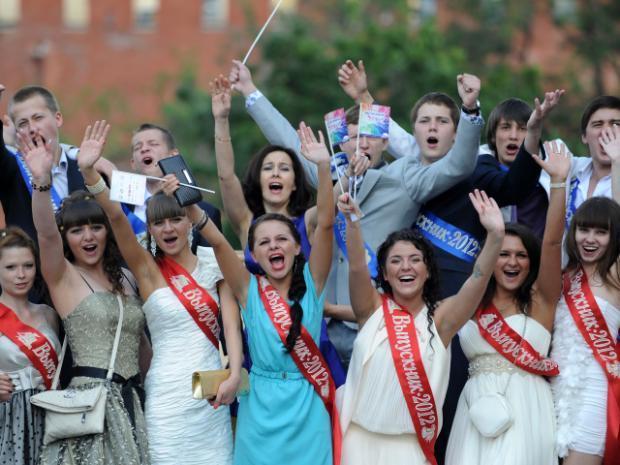 Мода прошлого века: как менялись выпускные платья со временем