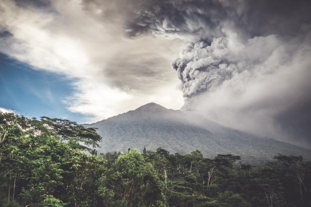 Аэропорт Бали закрыли из-за активизации вулкана Агунг