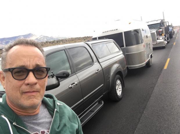 Том Хэнкс купил подержанный автомобиль: вид машины изрядно повеселил поклонников актера