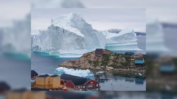 Гренландия под угрозой цунами: возле жилого поселения дрейфует огромный айсберг