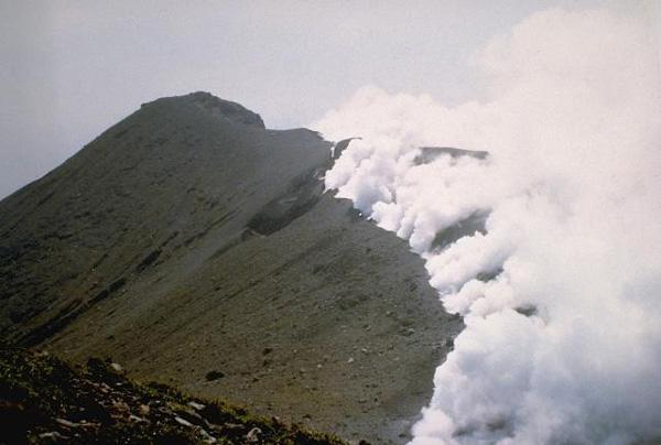 Власти Японии предупредили овозможности извержения вулкана Синдакэ наюго-западе страны