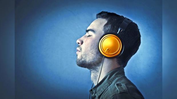 парень слушает музыку