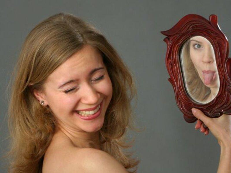 кривляться перед зеркалом