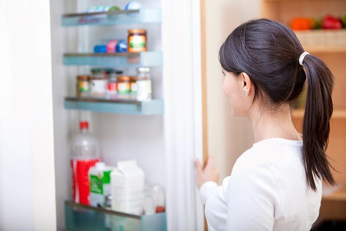 возле холодильника