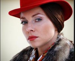 Королева осени: Екатерина Гусева восхитила головным убором из ярких кленовых листьев
