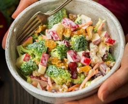 Правильное питание осенью: овощной салат с яблоками и сметанным соусом