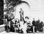 Слева направо: принц Альфред, принц Альберт, принцесса Елена, принцесса Алиса, принц Артур, королева Виктория, держащая принцессу Беатрис, принцессу Рояль (Викторию), принцесса Луизу, принц Леопольда, и принц Уэльский (Эдвард)