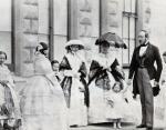 Слева направо: Принц Леопольд,принцесса Луиза, королева Виктория, принц Артур, принцесса Алиса, принцесса Ройал (Виктория), принц Альберт, держащий руку принцессы Беатрис, и Принцесса Елена