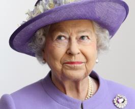 Вызывающий наряд для встречи с королевой: британский визажист сверкнула глубоким декольте