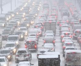 Киев застыл в пробках: дороги столицы Украины парализовал первый снегопад