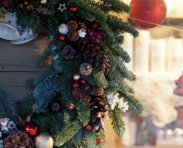 Рождественский венок на дверь: как из подручных материалов смастерить праздничное украшение
