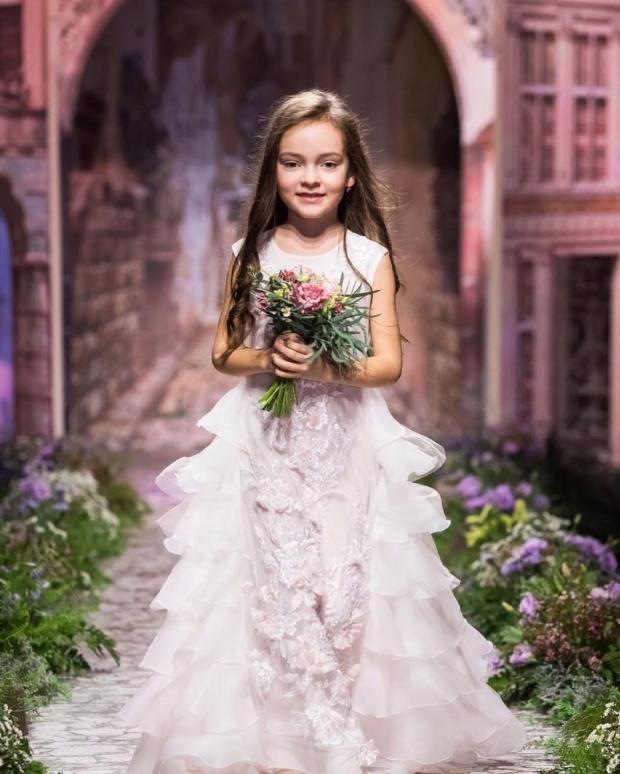 Филипп Киркоров показал свою шестилетнюю дочь вобразе невесты